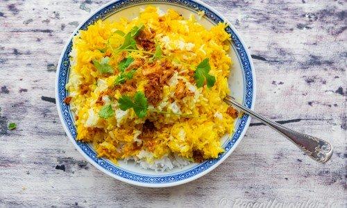 Indiskt ris med gurkmeja, kanel och färsk koriander i skål