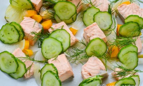 Servera och lägg upp på fat och garnera förslagsvis med morötterna och löken från lagen samt dillkvistar och gurkskivor eller inlagd gurka