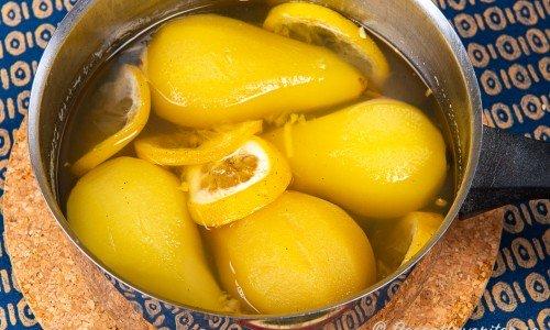 Inkokta marinerade päron i sockerlag i en kastrull
