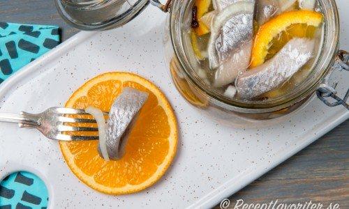 Smaksätt sillen med apelsin och lime. Blir riktigt gott ihop.