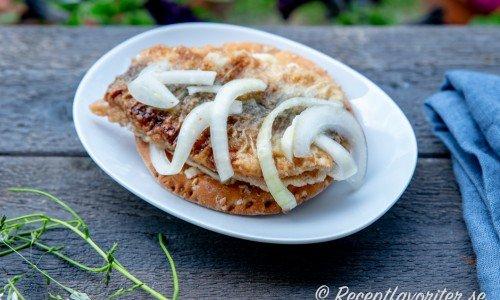 Inlagd stekt strömming på knäckebröd med smör