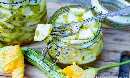 Inlagd zucchini är gott som sötsurt tillbehör till det mesta.