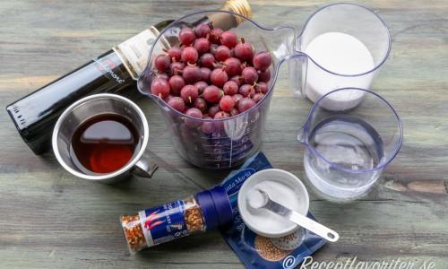 Ingredienser till inläggningen: krusbär, fin italiensk lagrad vitvinsvinäger, chiliflakes, socker, salt, vatten och senapsfrön.