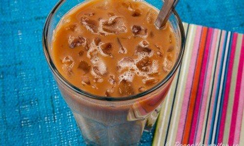 Iskaffe serverat i glas