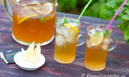 Iste med citron i glas och kanna