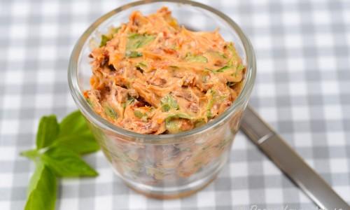 En variant på kryddsmör med soltorkad tomat, basilika och vitlök.