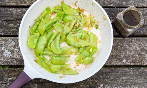 Gråärtorna fräses eller wokas i grova bitar med vitlök och sesamolja.