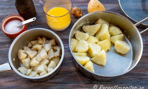 Kokta jordärtskockor och potatis i bitar blandad och mosas med smält smör och mjölk.