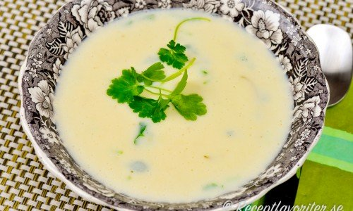 Jordärtskockssoppa i tallrik med bladpersilja.