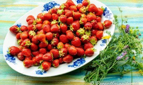 Svenska söta mogna jordgubbar på fat.