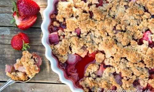 En variant på rabarberpaj med söta jordgubbar samt jordnötssmör och crunchy jordnötter i smuldegen.