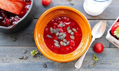 Jordgubbskräm i skål