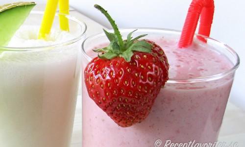 Jordgubbsmilkshake med färska jordgubbar, vaniljglass, mjölk och lite socker.