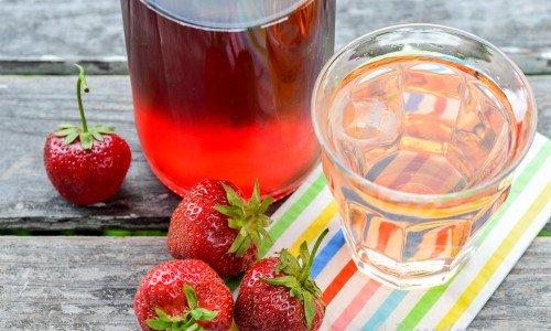 Hemgjord saft på jordgubbar - servera kall och läskande.