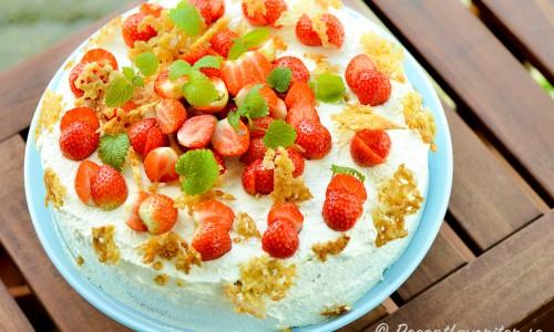 Tårtan kan även garneras extra med förslagsvis blad av citronmeliss samt havreflarn.