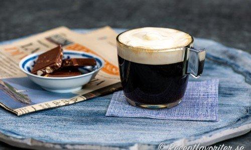 Kaffe Amaretto med lättvispad grädde i glas