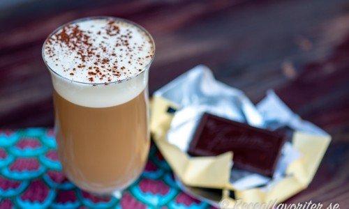 Kaffe Karlsson serverad med en bit choklad