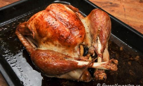 Stek kalkonen hel i ugnen fylld med katrinplommon och äpple. Bind ihop kalkonen med steksnöre. Använda stekskyn till såsen.