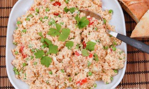 Kall quinoasallad med majonnäs på fat