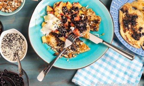 Kalljästa blåbärspannkakor. Servera med valfria tillbehör - här med lönnsirap, kvarg, hackad mandel, tärnad persika, papaya, sesamfrön samt extra blåbär.