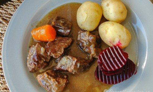 Kalops - en köttgryta med smak av kryddpeppar och morot.
