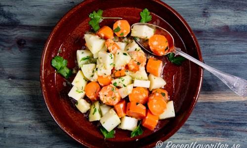 Kokt kålrabbi- och morotssallad är ett gott tillbehör till det mesta.