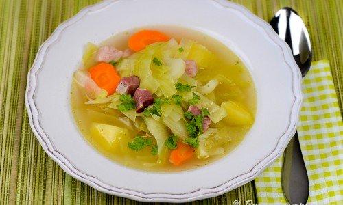 Kålsoppa med vitkål, potatis och morot kan lagas med eller utan kött i.