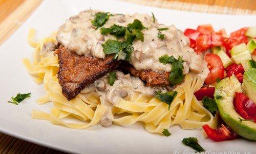Schnitzel med svampsås och pasta