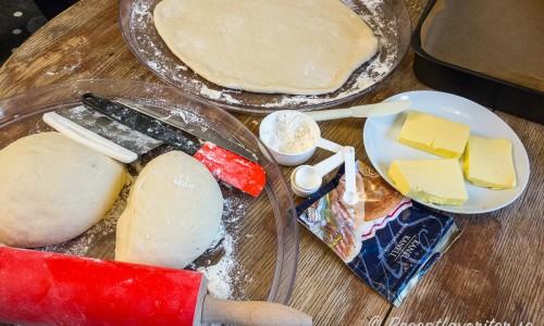 Degen till kanelbullarna jäses och smör tas fram så det blir mjukt. Vidare behöver du strösocker och kanel.