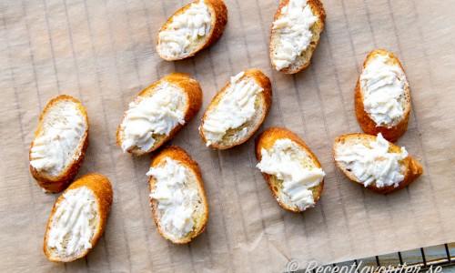 Crostinibröden toppade med ost reda att gratineras