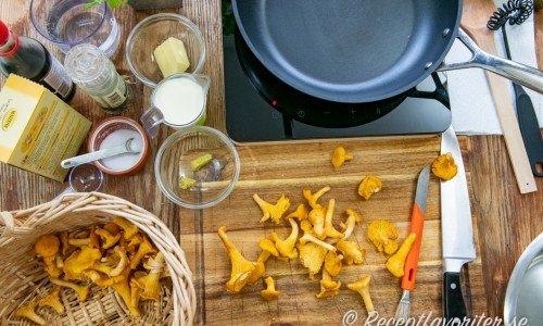 Ingredienser till kantarellsåsen