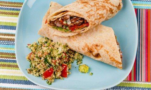Kebabrulle på tallrik serverad med Tabbouleh - bulgursallad.