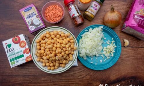 Några av ingredienserna till kikärtsgrytan: krossade tomater, kokta kikärtor, kokosgrädde, röda linser, chiliflakes, curry, salt, gul lök, vitlök. Samt basmatiris att servera till.
