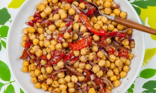 Kikärtssallad med grillad paprika på fat