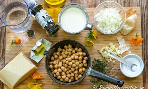 Ingredienser till soppan med kikärter, vitlök, lök, grönsaksbuljong, vatten, grädde, salt och timjan samt parmesan