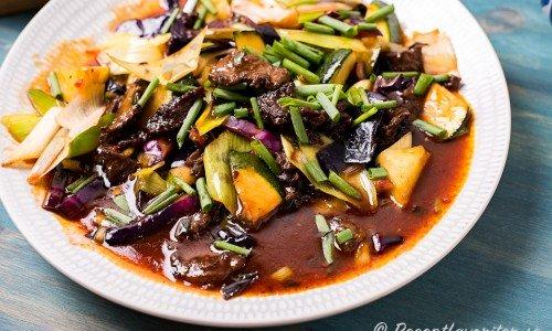 Kinesisk friterad biff i sötsur sås på tallrik