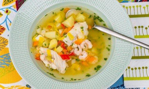 Klar fisksoppa utan grädde i tallrik