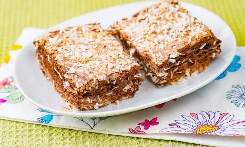 Kokosrutor eller skumrutor med chokladsmak vända i kokosflingor.
