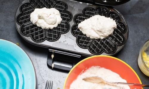 Du kan smörja våffeljärnet eller laggen med smält smör eller smält kokosfett.