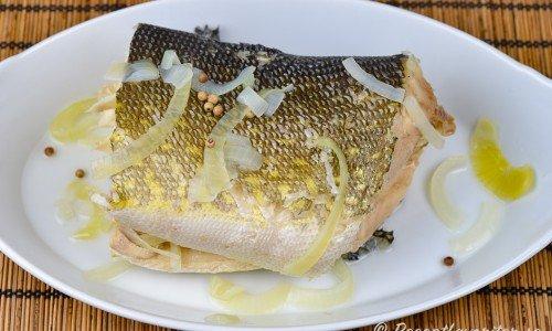 En kokt hel bit fisk