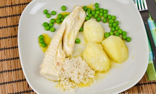 Ett serveringsförslag till kokt fisk är med skirat smör och pepparrot, ärtor samt kokt potatis.