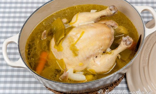 Kokt kyckling eller höns i gryta
