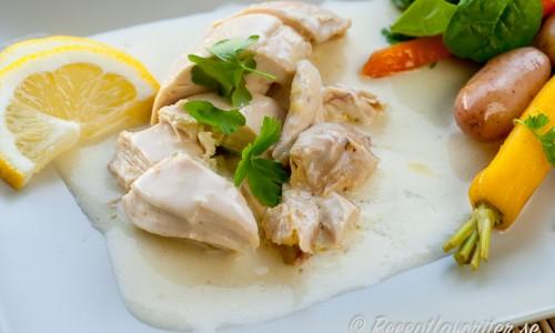 Kokt kyckling med citronsås på tallrik