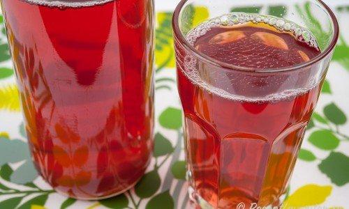Kokt lingonsaft i glas och flaska