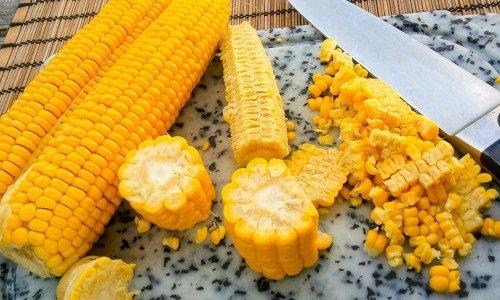 Majskorn från färsk kokt majs till majsbiffarna