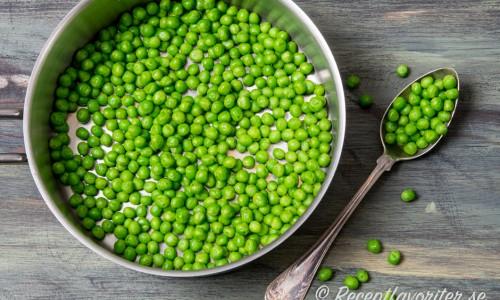 Kokta gröna ärtor i kastrull
