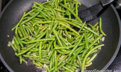 Lite mer smak får bönorna med fräst lök och vitlök i olivolja samt flingsalt och nymalen svartpeppar.