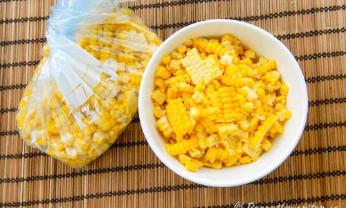 Den kokta majsen skuren från majskolven som majskorn i skål och påse.