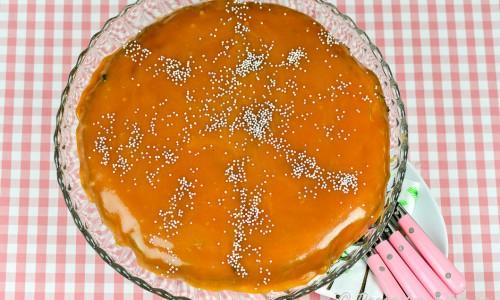 Kolatårta med mandelbotten toppad med kolasås