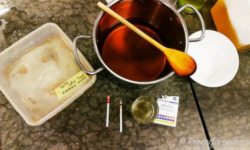Kombuchanan blandas för en andra jäsning med te
